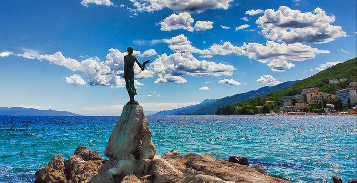 Leány a sirállyal szobor, Opatija