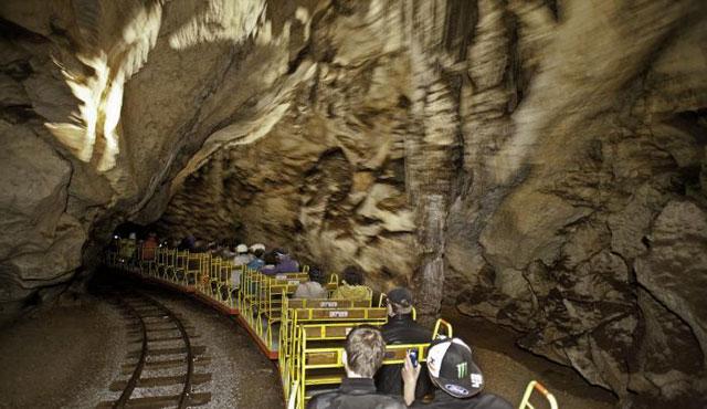 A postojnai barlangi kisvasút