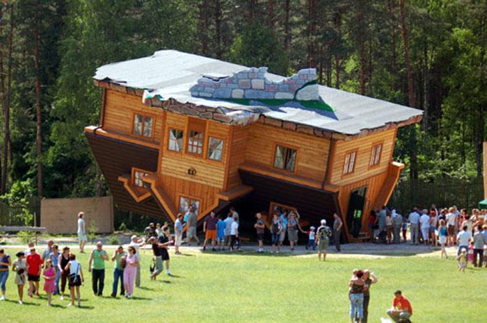 Szymbark egyik attrakciója a tetejére állított ház