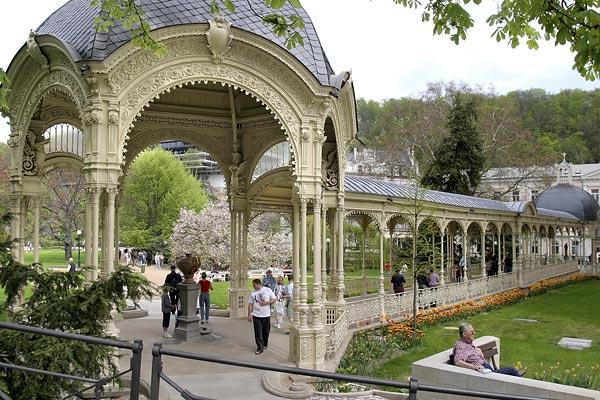 A kolonádok, vagyis az oszlopcsarnokok Karlovy Vary szimbolikus építményei