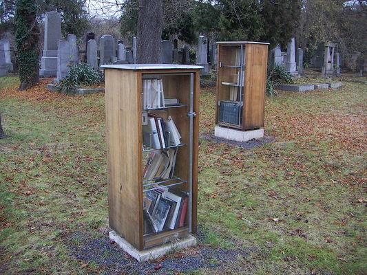 Könyvtár a temetőben
